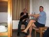 Polnische Coaches Mariusz Wangryn und Marek Gil stoßen mit Mineralwasser an